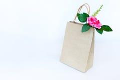 Belles roses roses dans le sac de papier brun d'isolement sur le b blanc Photo libre de droits