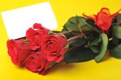 Belles roses rouges avec la carte nommée image stock