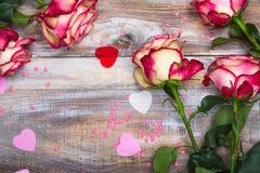 Belles roses sur le fond en bois Carte de voeux de jour de valentines ou de jour de mères Images libres de droits