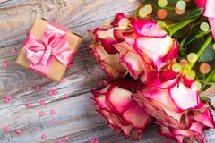 Belles roses sur le fond en bois Carte de voeux de jour de valentines ou de jour de mères Image stock