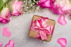 Belles roses sur le fond en bois Carte de voeux de jour de valentines ou de jour de mères Image libre de droits