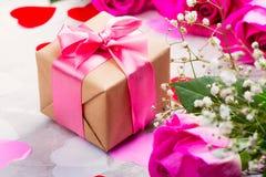 Belles roses sur le fond en bois Carte de voeux de jour de valentines ou de jour de mères Photos stock
