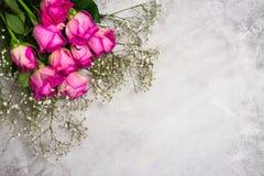 Belles roses sur le fond en pierre gris Carte de voeux de jour de valentines ou de jour de mères Photographie stock libre de droits