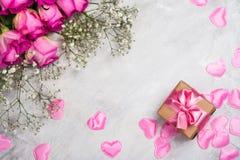 Belles roses sur le fond en pierre gris Carte de voeux de jour de valentines ou de jour de mères Images stock