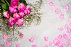 Belles roses sur le fond en pierre gris Carte de voeux de jour de valentines ou de jour de mères Photos libres de droits