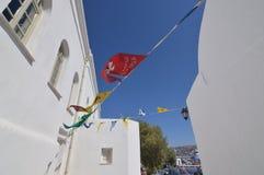 Belles rues de Chora avec des bannières ornant L'architecture aménage des croisières en parc de voyages images libres de droits