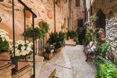 Belles rues polychromes en Ombrie, Italie Photos stock
