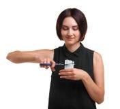 Belles, saines cigarettes de coupe de fille avec des ciseaux d'isolement sur un fond blanc Jeunesse contre le concept de tabagism Image stock