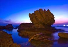Belles scènes de coucher du soleil avec la pierre spéciale Photos stock