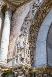 Belles sculptures incluses dans les voûtes extérieures de la basilique du ` s de St Mark à Venise Photos stock
