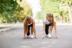 Belles, sexy filles de sports s'exerçant sur un fond de parc Concept de mode de vie de forme physique Copiez l'espace photo libre de droits