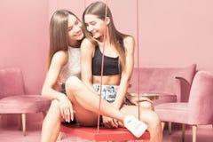 Belles soeurs de jumeaux souriant ensemble, moments heureux Images stock