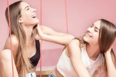 Belles soeurs de jumeaux souriant ensemble, moments heureux Photo libre de droits