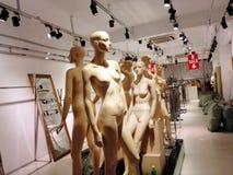 Belles statues modèles en plastique, dans des magasins d'habillement images stock