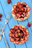 Belles tartes savoureuses avec les fraises, le mascarpone et le Li frais Photographie stock libre de droits