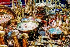 Belles tasses d'or et cruches photographie stock libre de droits