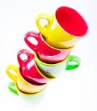 Belles tasses de couleur jaune, rouge, verte Images libres de droits