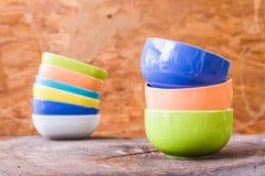 Belles tasses de couleur sur le fond en bois Images libres de droits