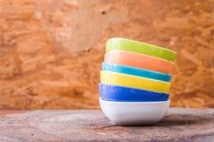 Belles tasses de couleur sur le fond en bois Photos libres de droits