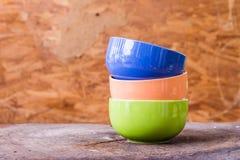 Belles tasses de couleur sur le fond en bois Photographie stock libre de droits