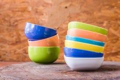 Belles tasses de couleur sur le fond en bois Image stock