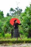 Belles terres cultivables de fille images libres de droits