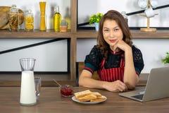 Belles travailleuses actives asiatiques avec le petit déjeuner photo stock