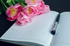 Belles tulipes roses avec un carnet Photo libre de droits