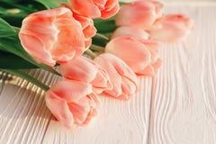 Belles tulipes roses sur le fond en bois rustique blanc offre Image stock