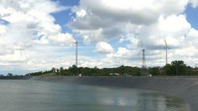 Belles turbines de vent produisant de l'électricité avec le fond de ciel bleu en Thaïlande banque de vidéos