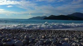 Belles vagues et mousse bleues de mer banque de vidéos