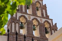 Belles vieilles cloches dans le vieux village Emporio sur l'île de Santorini en Grèce Photo stock