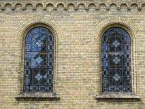 Belles vieilles fenêtres d'église, Lettonie Photographie stock