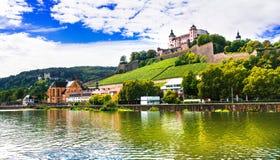 Belles villes de l'Allemagne - Wurtzbourg, vue avec des vineyrds et Ca Photos stock