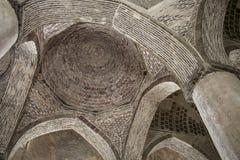 Belles voûtes et colonnes à l'intérieur de mosquée de Jameh dans Esfahan, Iran images stock