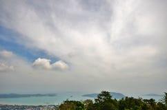 Belles vues de la mer, des montagnes et des maisons de la taille du temple grand Bouddha Photo libre de droits