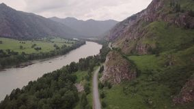 Belles vues de la rivière du vol d'un oiseau un jour nuageux Voitures passant sur la route Les maisons scandinaves se tiennent banque de vidéos