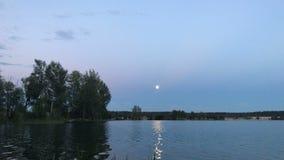 Belles vues de soirée du lac avec la lune banque de vidéos