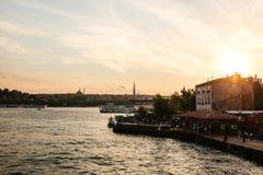 Belles vues des maisons et des bâtiments près du Bosphorus à Istanbul en Turquie au coucher du soleil photos stock