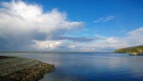 Belles vues panoramiques de la rivière large avec un petit fragment de l'arc-en-ciel image libre de droits