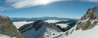 Belles vues sur les Alpes suisses par le temps d'inversion comme vu du bâti supérieur Pilatus d'ot photo stock
