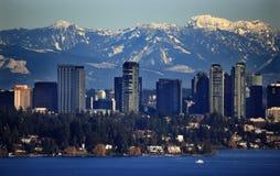 bellevue级联湖山多雪的华盛顿 免版税图库摄影