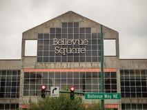Bellevue-Quadrat-Einkaufszentrenzeichen über Eingang zum Einkaufszentrum lizenzfreie stockfotos