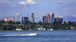 Bellevue Washington dal lago con le montagne Fotografie Stock Libere da Diritti