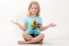 Belleza 6 años de la sentada de la muchacha imagenes de archivo