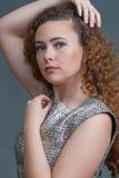 Belleza adolescente en el tiro principal en el vestido verde que mira a la izquierda Foto de archivo libre de regalías
