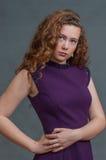 Belleza adolescente en el vestido púrpura contrapesado a la derecha Fotos de archivo