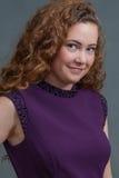 Belleza adolescente en el vestido púrpura que hace frente a la derecha Foto de archivo