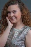 Belleza adolescente en mano de reclinación del tiro principal en su barbilla Fotografía de archivo