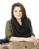 Belleza adolescente que se inclina en un haz Foto de archivo libre de regalías